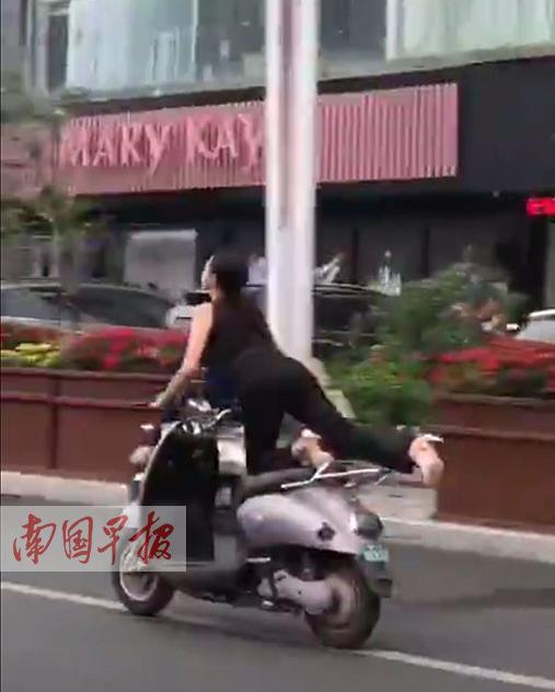 女子在骑电驴过程中,不断将腿抬高。视频截图