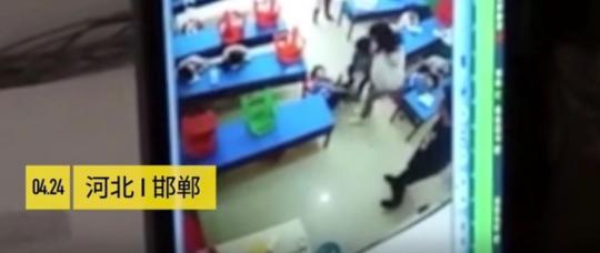 图为被施暴者王某某踹倒在地的幼童 网络视频截图 摄