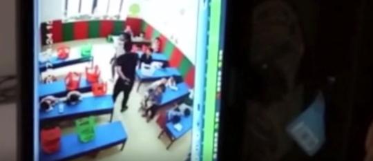 图为施暴者王某某追打保护孩子的幼儿园女教师 网络视频截图 摄