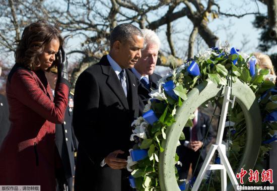 当地时间2013年11月20日,美国阿灵顿,美国总统奥巴马携夫人米歇尔与前总统克林顿和夫人希拉里缅怀美国前总统肯尼迪,并献上花圈。据悉,周五将是肯尼迪遇刺身亡50周年。