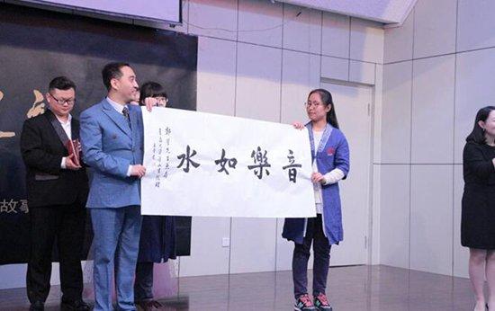 郑芳全国高校公益巡演走进青岛大学 打开艺术之