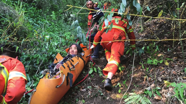 4月28日,张家界市武陵源区插旗峪,消防人员耗时4小时,将一名被困悬崖边的女子救出。 潇湘晨报网 图
