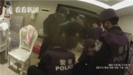 男子潜入住宅楼持枪劫持7女子警察用自己换人质