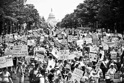 当地时间4月29日,美国华盛顿,民众参加人民气候游行 供图/视觉中国