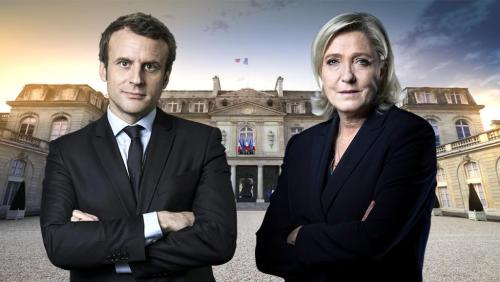 """1日的政治集会由目前民调大幅落后的勒庞揭开序幕,她中午前往巴黎东北部市郊、劳工阶层聚居的小区维勒潘特拉票,向支持者形容自己是""""带来改变、坚持信念及付诸行动""""的候选人。勒庞指出,马克龙""""与现任总统奥朗德无异,将职位转移到海外,令法国工人捱饿并制造大量赤字""""。"""