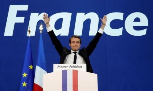 法国当局担心全国大游行出现事故,在巴黎派出逾9000名军警戒备,在市中心四条大道截查车辆,并检查形迹可疑的途人。巴黎游行期间,一批蒙面的年轻示威者向警方投掷杂物和汽油弹,警方施放催泪气体还击,2名防暴警察在冲突中受伤。