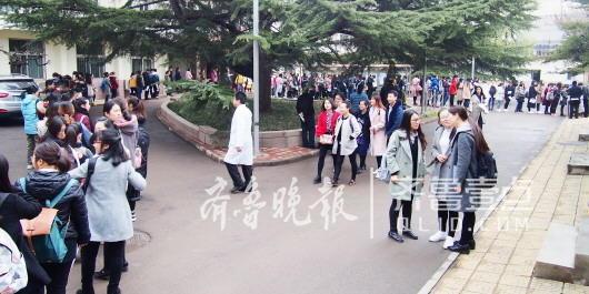 3月25日,省城某高校内,参加2017年研究生入学复试的考生排长队等候体检。(资料片) 齐鲁晚报齐鲁壹点记者 周青先 摄