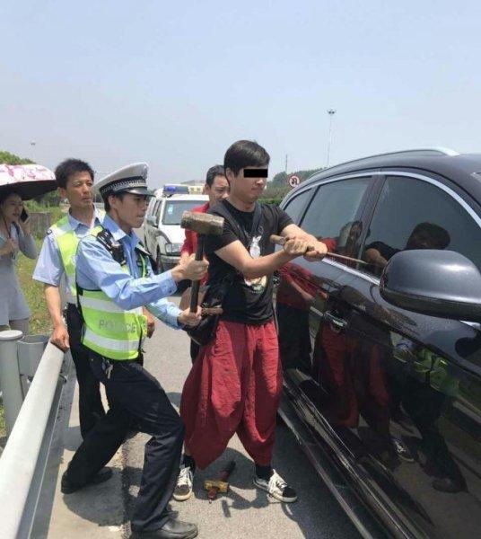 老人小孩被锁车内暴晒 交警砸豪车救人