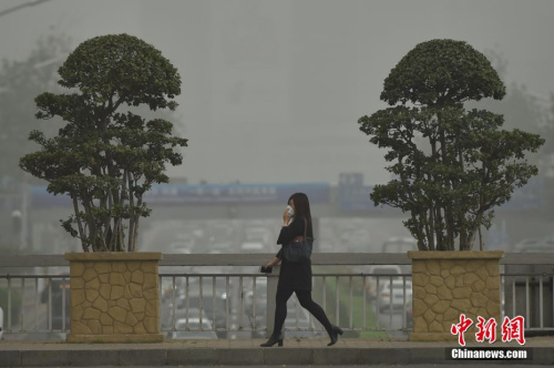 北京遭沙尘过境:PM10浓度破千 空气质量严重污染
