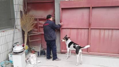 问题企业一人员强行锁门,扣留督查人员。环保部官方微信公众号