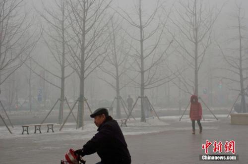 资料图:天津重度雾霾。中新社记者 佟郁 摄