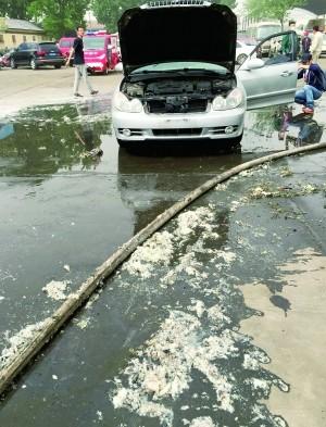 北京蟹岛90余辆大巴私家车被烧成空壳:杨絮遇明火轰燃