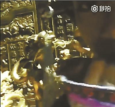 """女主播直播""""夜宿故宫""""现场(视频截图)"""