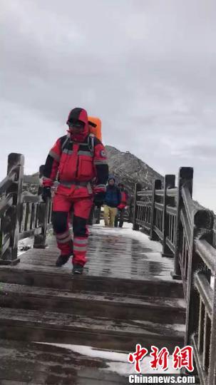 图为救援队开展救援。 陕西曙光救援队供图 摄