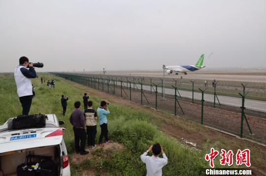 国产大飞机C919首飞成功 外场欢呼庆祝(图)