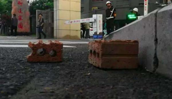 杭州一豪车司机嫌小区道闸开慢了驾车冲撞保安