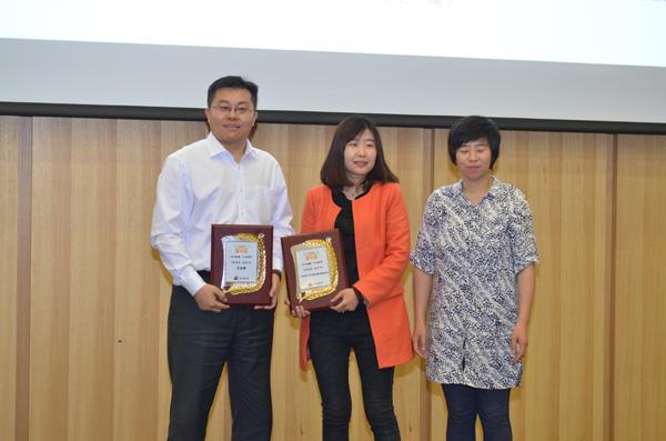 十大好书《和爸爸一起读书》(左起:王志庚、广西师范大学出版社负责人、微博读书运营总监霍艾言)