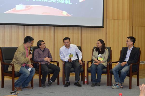 论坛:新形势下童书未来的发展方向(左起:李一慢、绿茶、王志庚、王小柔、鹏鹏哥哥)