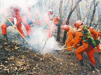 参战官兵在对地下火进行挖掘清理。