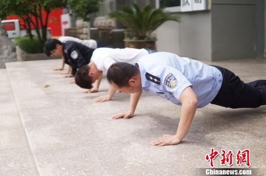 """江苏睢宁城管局对不尽责队员罚俯卧撑领导""""连坐"""""""