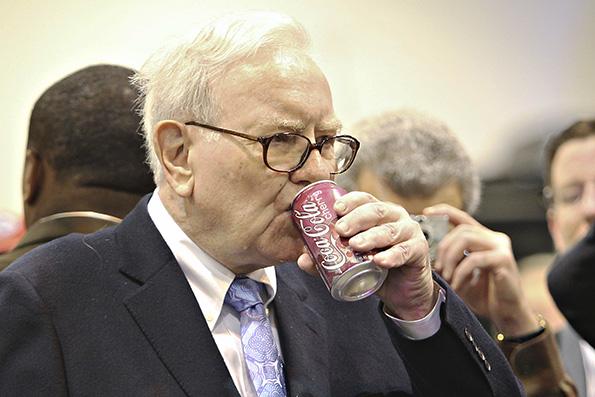 巴菲特是可口可乐产品的忠实消费者。视觉中国 资料图