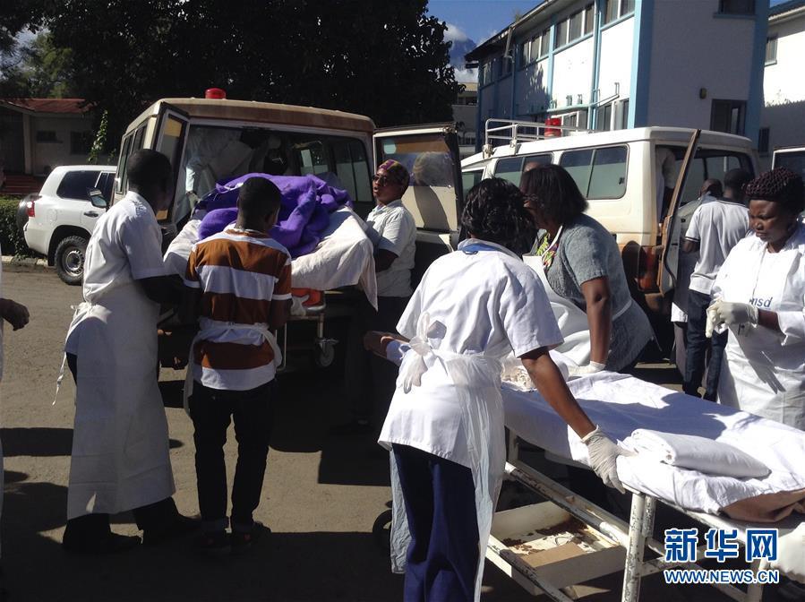 5月6日,在坦桑尼亚北部卡拉图地区,校车事故的伤员被送到临近医院接受治疗。坦桑尼亚北部地区6日早上发生一起车祸,一辆载有35名师生的校车因超速行驶而跌入山谷,事故已造成32人死亡。 新华社发