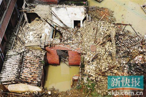 昨日下午,广州市花都区花山镇洛场村,倒塌在水中的老房子。