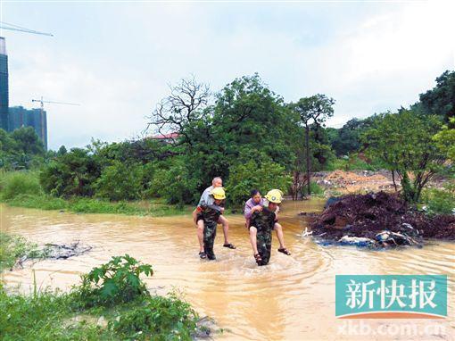 广州暴雨直击:墙泡了一晚 忽然一面接一面倒了