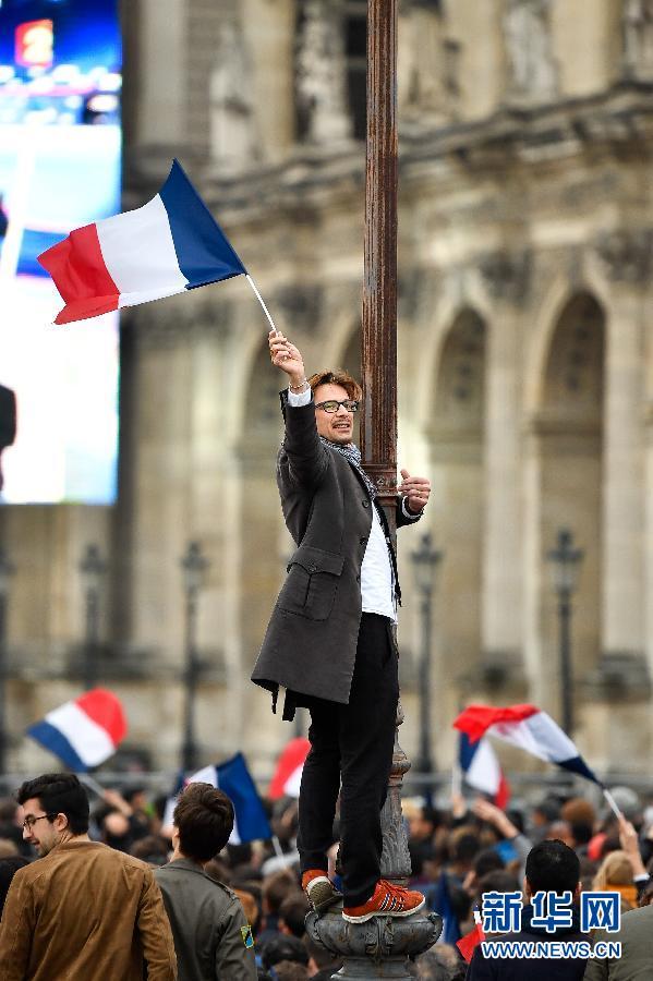 """5月7日,在法国巴黎卢浮宫,人们庆祝""""前进""""运动候选人埃马纽埃尔・马克龙胜选。新华社记者陈益宸摄"""