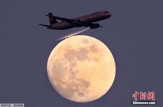 这名高级飞行员本应指导实习生,却让实习生在助手的监督下驾驶飞机,自己去睡了两个半小时。