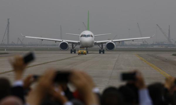 """人民日报谈国产大飞机:不怕""""只造了个壳""""的质疑"""