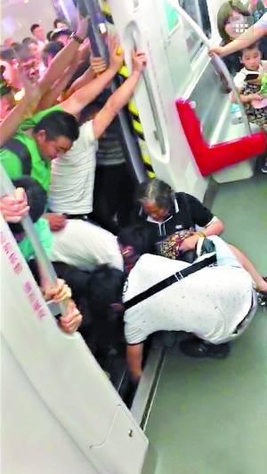 事态紧急,最简单直接的办法,就是把列车推开一点。身壮力健的男乘客,立马自发下车。顷刻间,男士们已经在车门外站成一排,徒手奋力推地铁。资料显示,一列地铁的重量超过100吨。