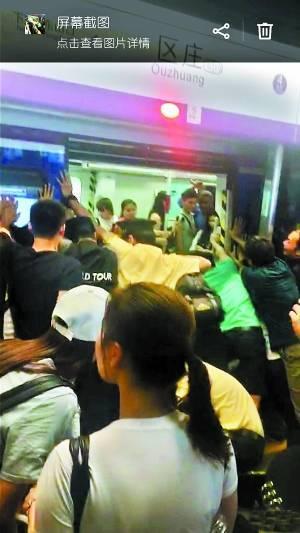 """""""一二三!一二三!""""团结就是力量,越来越多乘客加入推地铁的行列,在众人的呐喊声中,过百吨重的地铁终于被推开足够的空间,女乘客的右腿被成功拉出,前后不过五分钟。"""