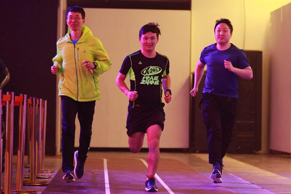鞋会、匹克签约跑者许秀涛和悦跑团跑友王铁成现场体验