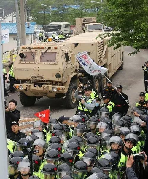 韩美突击部署萨德遭到文在寅的强烈反对。他表示,在环评都没完的情况下突击部署萨德,不仅不尊重国民共识,还违反基本程序,完全不给新政府政务决策留余地,极不妥当。