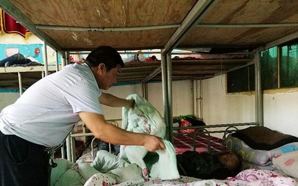 农民9年帮扶六百余留守儿童女儿曾在留守时期受重伤