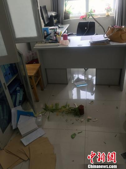 地震致医护人员办公室花盆掉落。 王小军 摄