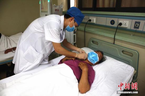 资料图:广西市柳州市工人医院血液透析室男护士李开枝在给病人做血液透析准备工作。朱柳融 摄