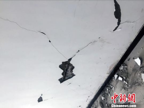 地震致塔县人民医院墙体裂缝。