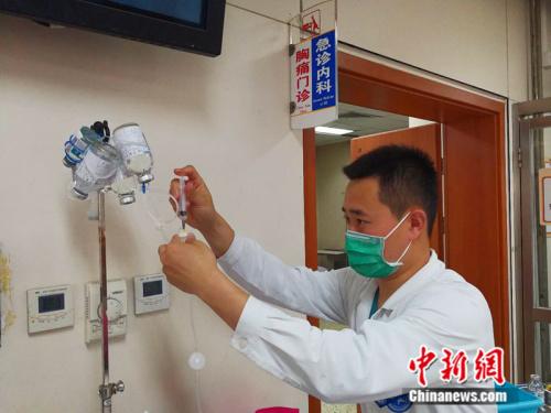 工作中的男护士陈跻民 中新网记者 张尼 摄