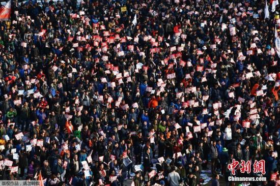 """资料图:韩国超过1500个市民团体在首尔举行烛光集会,要求朴槿惠对""""亲信干政门""""负责。"""