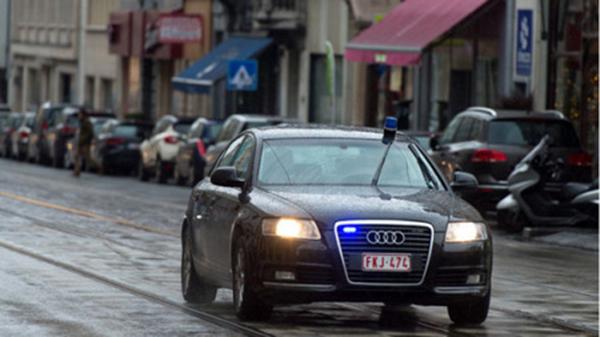 男子在自家车上装配有蓝色警务灯并冒充假警车。英国《每日快报》图