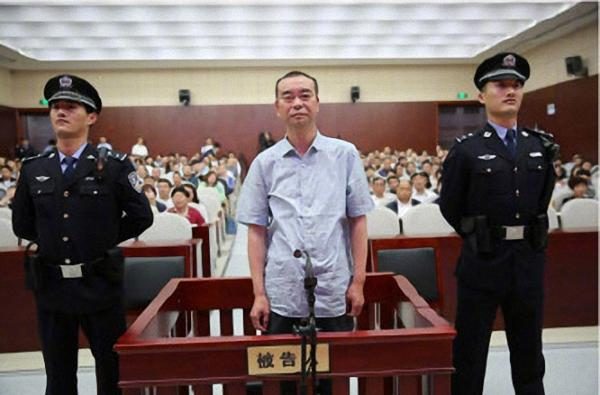 """安徽安庆原副市长受审:曾是连一瓶酒都不敢收的""""冷面人"""""""