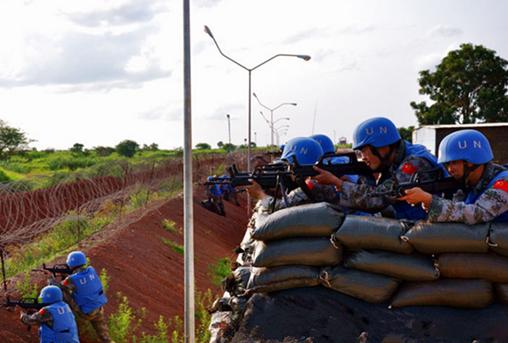 中国是联合国安理会常任理事国中派出维和行动人数最多的国家,每天有3000多名维和人员坚守在世界各地。去年,中国维和部队的几名军人壮烈牺牲,为世界和平献出了宝贵生命。