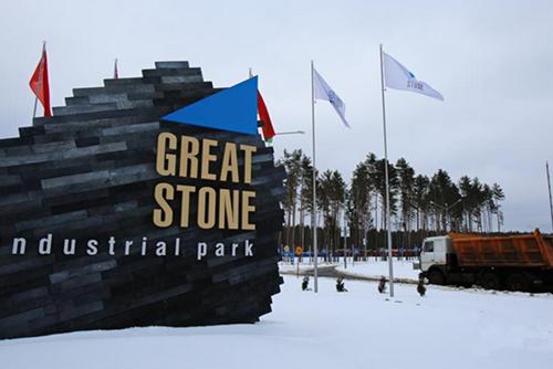 """在两国共建丝绸之路经济带过程中,中白""""巨石""""工业园占有重要地位。工业园总面积91.5平方公里,它是白俄罗斯第一个全球化工业园区,是中国企业在全球范围参与建设的最大海外工业园区,更是中白合作共建丝绸之路经济带的标志性工程。"""