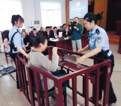 宝马冲进人群致1死7伤案开庭肇事女子欲下跪道歉