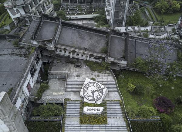 映秀,一座因汶川大地震为全世界所知的小镇。地震中受损的漩口中学如今成为地震遗址景观。 视觉中国 图