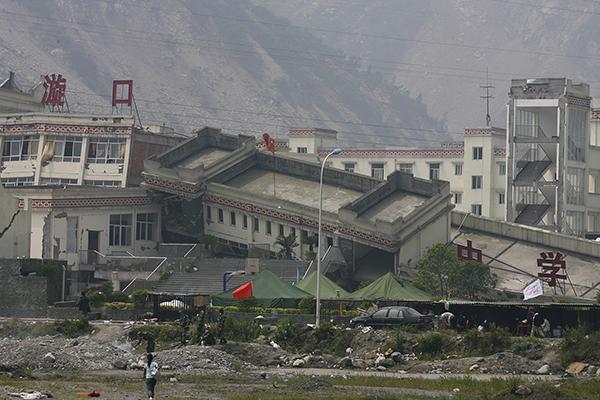 2008年5月16日,映秀镇,倒塌的漩口中学教学楼。 视觉中国 资料图