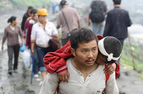 2008年5月,在从都江堰至汶川映秀镇的路上,不仅有逃离汶川的灾民,还有不少进山寻亲的人。 澎湃新闻 资料