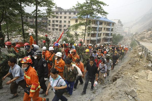 2008年5月,救援人员带领大批灾民撤离灾区。 澎湃新闻 资料